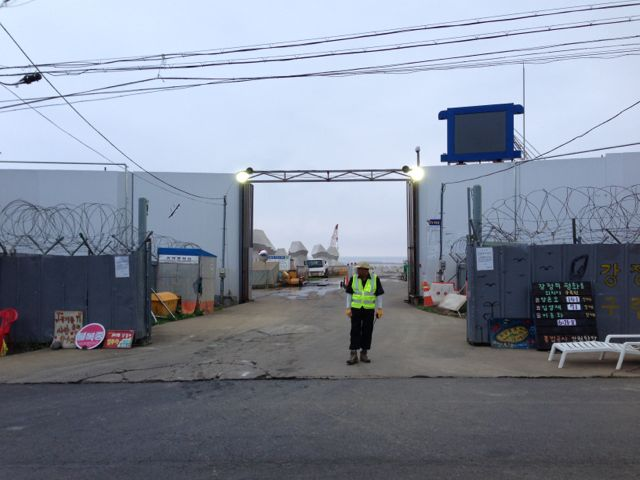 IMG_6769 工事現場入口です。建設反対運動を警戒して、警備員が常駐しているようです...